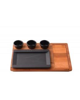 Żeliwny talerz na drewnianej podstawie